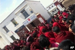 Hundreds in Dzongchen Protest Chinese Police's Use of Force