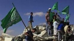جوانان عرب اسراییلی با پرچم های سبز اسلامی بر روی ویرانه مسجدی که به دست ماموران پلیس اسراییلی تخریب شد، ایستاده اند