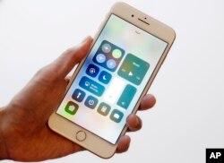 Un iPhone se muestra en Washington, el 17 de febrero de 2016. Los agentes fronterizos siempre han tenido el derecho de buscar el equipaje físico de los viajeros sin una orden, y esa interpretación se ha ampliado para incluir dispositivos digitales.