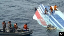 Brazil's Navy sailors recovering debris from the missing Air France jet at the Atlantic Ocean, June 8, 2009