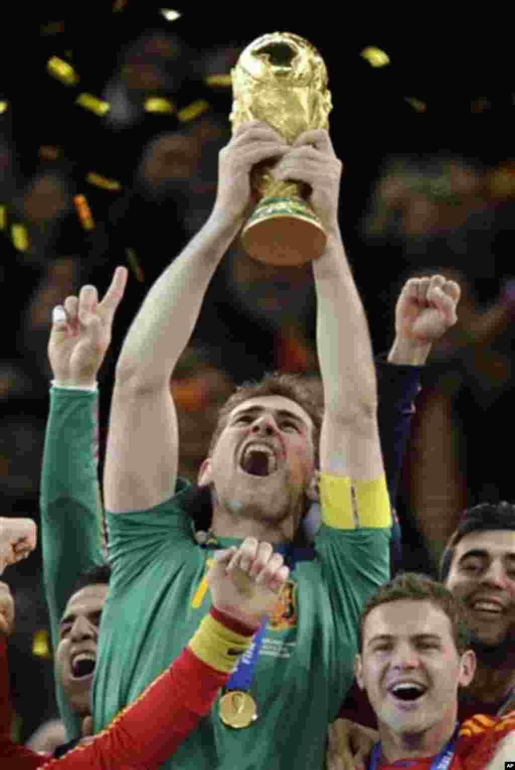 Španjolski golman Iker Casillas drfži trofej Svjetskog nogometnog prvenstva