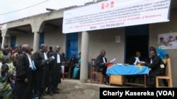 Des avocats lors foraine pour l'octroi les actes de naissance aux ex enfants soldats, à Rutshuru, Nord-Kivu, RDC, 6 septembre 2017. (VOA/Charly Kasereka)