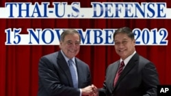 Bộ trưởng Quốc phòng Hoa Kỳ Leon Panetta (trái) và Bộ trưởng Quốc phòng Thái Lan Sukampol Suwannathat bắt tay sau khi ký thỏa thuận, 15/11/12