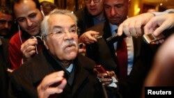 Menteri Perminyakan Arab Saudi Ali al-Naimi mengindikasikan produksi minyak OPEC dipertahankan saat tiba di Wina, Austria (26/11).