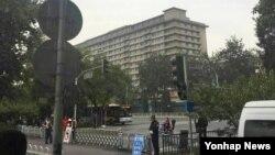 24일 중국 공산당 제18기 중앙위원회 6차 전체회의가 개막된 베이징 징시 호텔 주변에서 삼엄한 경비가 펼쳐지고 있다.