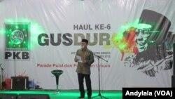 Ketua MPR Zulkifli Hasan membacakan puisi dalam Haul ke 6 Gus Dur di kantor DPP PKB Jakarta Selaa 23 Desember 2015.(Foto: VOA/Andylala).
