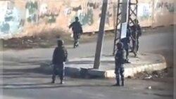 نیروهای امنیتی و شبه نظامیان موسوم به «شبیحه» در خیابان های درعا، سوریه. ۲۲ آذر ماه ۱۳۹۰ (۱۳ دسامبر ۲۰۱۱)