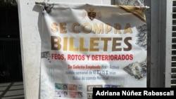 Un anunció en el centro de Caracas para la compra de divisas rotas o en mal estado. Caracas, Venezuela. Enero, 2020. Foto: Adriana Nuñez Rabascall - VOA.