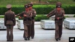 Tentara Korea Utara saat serah terima kerangka jenazah tentara Amerika Serikat di desa perbatasan di Panmunjom, Utara kota Seoul, Korea Selatan, 14 Mei 1999 (Foto: dok).