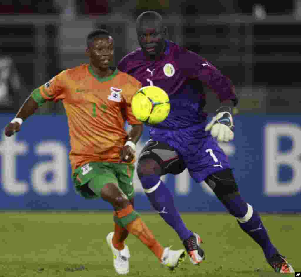 "Rainford Kalaba of Zambia (L) challenges goalkeeper Bouna Coundoul of Senegal during the African Nations Cup soccer tournament in Estadio de Bata ""Bata Stadium"", in Bata January 21, 2012. REUTERS/Amr Abdallah Dalsh (EQUATORIAL GUINEA - Tags: SPORT SOCCER)"