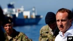 5月13日,丹麦外长利泽高(右)在丹麦军舰上对船员讲话。该军舰正在执行运送叙利亚化学武器的任务。