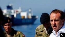 Ngoại trưởng Đan Mạch Martin Lidegaard (phải) nói chuyện với thủy thủ trên chiến hạm Esbern Snare