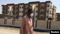 سکھر میں ایک شخص قرنطینہ کی عمارت کے سامنے سے گزرتے ہوئے۔