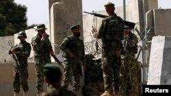 Tentara Afghanistan siaga di fasilitas training militer Inggris di Qargha, Kabul setelah terjadi serangan oleh orang dalam Selasa (5/8).