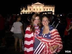 Cổ động viên Laura Neff từ California và Kayli Westling từ Wyoming ăn mừng chiến thắng của đội tuyển Mỹ trước Tòa Bạch Ốc.