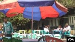 Une terrasse de Kinshasa presque vide a cause de la perte de pouvoir d'achat.