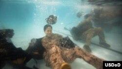 美国海军陆战队少尉斯蒂芬妮·拉科布希在海军陆战队水下生存培训项目资格测试中演练浅水摆脱辎重。(美国国防部照片)