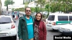 محمد حبیبی، در کنار همسرش، هنگام آزادی از زندان در موارد پیشین بازداشت
