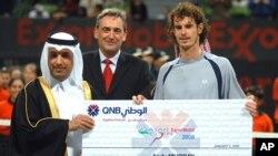 Ali Shareef Al-Emadi, PDG de Qatar National Bank, à gauche, et Alex Doods, président et directeur général d'ExxonMobile Qatar, à droite, remettent un chèque au britannique Andy Murray, vainqueur de l'épreuve de la finale de l'Open du tournoi de tennis de Qatar, à Doha, 5 janvier 2008.