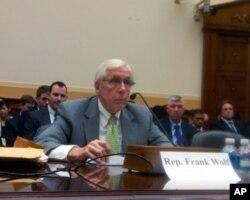 沃尔夫众议员在美国国会作证