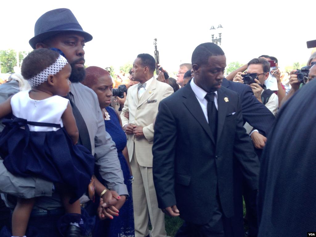 As pessoas reúnem-se na igreja para o funeral de Michael Brown, o jovem que foi morto por um polícia a 9 de Agosto, St. Louis, Missouri, Ago. 25, 2014. (Chris Simpkins/VOA)
