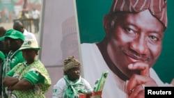 Un cartel del presidente nigeriano Goodluck Jonathan durante un mitín de campaña en Lagos.