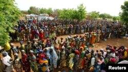 Plus d'un millier de femmes et d'enfants font la queue pour recevoir une aide alimentaire dans un centre de distribution de nourriture dans le village de Yama dans le nord-ouest Niger, 3 août, 2005.