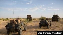 Des soldats français lors de l'opération Barkhane pour combattre le terrorisme auprès des soldats burkinabè, près de Tombouctou, le 6 novembre 2014.