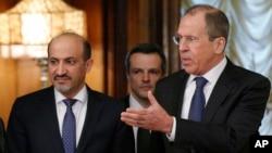 Menteri Luar Negeri Rusia Sergey Lavrov (kanan) menyambut Ahmad Jarba, pemimpin delegasi Koalisi Nasional Suriah di Moskow (4/2). (AP/Alexander Zemlianichenko)