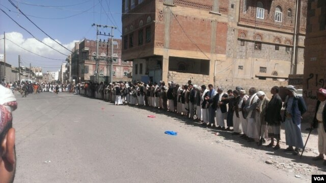 Yemeni tribesmen gather for traditional arbitration after men from one tribe broke into the yard of members of a competing tribe and beat up some of the residents, Sana'a, September 2015. (VOA/A. Mojalli)