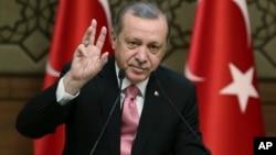 Los votantes aprobaron el domingo por estrecha diferencia una reforma constitucional que sustituirá el sistema parlamentario turco por uno presidencial.