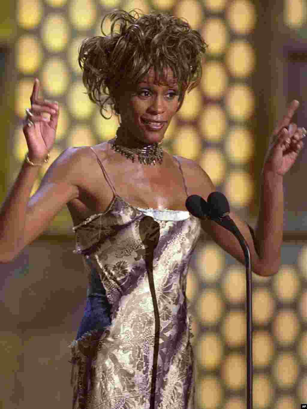 """2001年6月19号,惠特尼•休斯顿在拉斯维加斯接受第一届""""黑人娱乐电视奖""""颁发的终身成就奖。 (AP)"""
