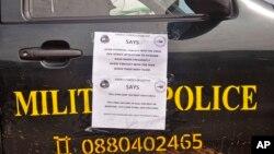 "Sebuah mobil polisi di Liberia dengan lembar pengumuman tertempel di pintunya yang berbunyi ""Informasikan kepada semua orang tentang Ebola"" berpatroli di kota Monrovia, Liberia, untuk mencegah kepanikan masyarakat dengan merebaknya virus Ebola (1/8)."