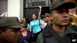 La líder opositora María Corina Machado sale del CNE, donde le impidieron su inscripción como candidata.