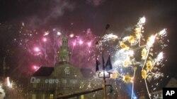 """Perayaan kembang api 1 Januari 2002 di balai kota dengan tulisan """"Euro adalah milik kita"""" di Maastricht, bagian selatan Belanda, kota dimana ide tentang penyatuan mata uang Uni Eropa disepakati dan disusun berdasarkan Perjanjian Maastricht pada bulan Februari 1992."""