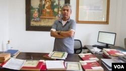 Youk Chhang, director of Documentation Center of Cambodia, stand with classified-document from the Australian External (Foreign) Affairs Department, on September 22, 2015. (NeouVannarin/VOA Khmer)