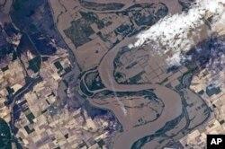 Une image prise par la NASA des terres agricoles inondées près de Caruthersville, dans l'Etat du Missouri