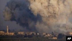 Asap dan ledakan dari pertempuran antara pasukan yang setia kepada Presiden Suriah Bashar Assad dan pemberontak di Suriah selatan seperti di Dataran Tinggi Golan yang dikontrol Israel, 25 Juli 2018. (Foto: dok).