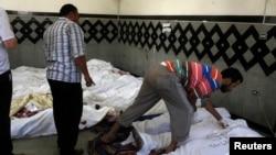 Những người đàn ông này đang tìm xác của người thân trong số những người chết trong các cuộc đụng độ tại các cuộc biểu tình ở khu phố Nasr của Cairo, ngày 27/7/2013
