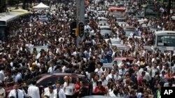 墨西哥城地震后,人们撤出办公楼,聚集在大街上(2017年9月19日)