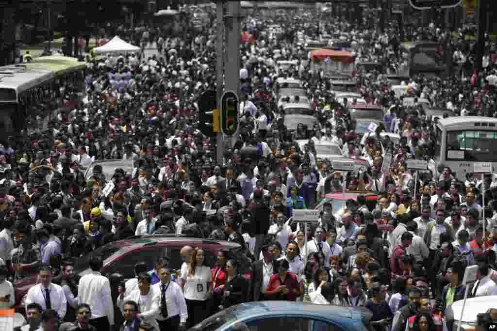 زلزلے سے دارالحکومت میکسیکو سٹی بری طرح متاثر ہوا ہے جہاں زلزلے کے بعد ہزاروں افراد خوف کے عالم میں سڑکوں پر نکل آئے