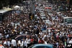 میکسیکو سٹی میں تباہ کن زلزلے کے بعد لوگ سڑکوں پر نکل آئے۔ 19 ستمبر 2017