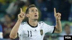 Miroslav Klose contribuyó con su gol a la goleada que Alemania le propinó a Australia en su debut en el Mundial de Sudáfrica.