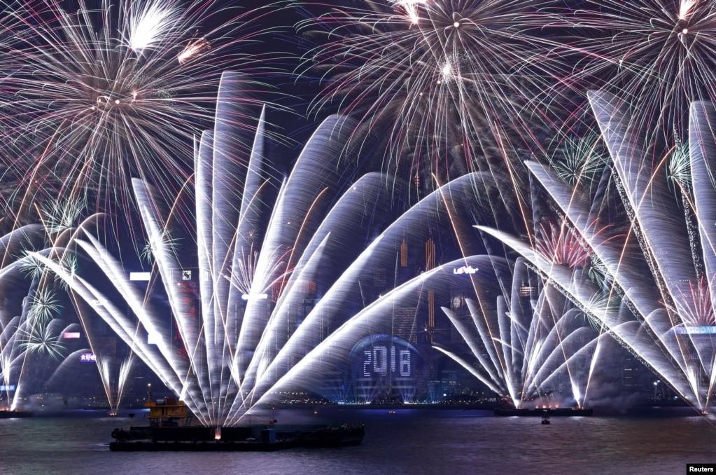 璀璨煙花在香港維多利亞灣香港會議展覽中心上空綻放,慶祝2018年新年的到來。