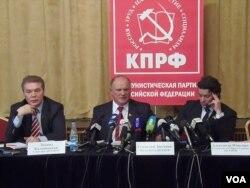 国会议员卡拉什尼科夫(左一)和俄共领袖久加诺夫(中间)。(美国之音白桦拍摄)
