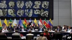 Cancilleres de Unasur reunidos en la sede del organismo en Quito, Ecuador, en enero 31 de 2017. Seis de las 12 naciones del bloque sudamericano anunciaron que no participarán en más reuniones hasta que se solucionen
