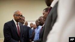 Le nouveau Premier ministre haïtien Jack Guy Lafontant salue les membres du Sénat après son discours au palais national lors de la cérémonie de sa nomination comme nouveau Premier ministre à Port-au-Prince, en Haïti, le 24 février 2017.