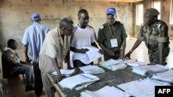 Giới chức bầu cử Guinea thống kê 1 số kết quả bầu cử tại hội trường thành phố Matoto ở Conakry, Guinea, 09/11/2010