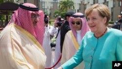 Kanselir Jerman, Angela Merkel (kanan) berjabat tangan dengan Putera Mahkota Kerajaan Arab Saudi, Pangeran Mohammed bin Naif bin Abdulaziz setibanya di Jeddah, 30 April 2017.