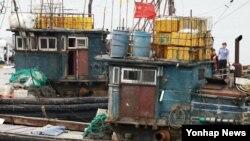15일 인천 중구 인천해양경비안전서 전용부두에 불법조업 중국어선 2척이 들어오고 있다. 이 어선은 전날 인천 강화군 교동도 인근 한강 하구에서 불법조업을 하다가 민정경찰에게 나포됐다.